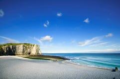 Point de repère et plage de falaise d'Etretat Aval. La Normandie, France. Photographie stock libre de droits