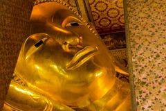 Point de repère, fin vers le haut de beau grand Bouddha reposant, temple d'or Wat Pho de statue en Asie Bankok Thaïlande Images libres de droits