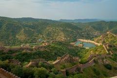 Point de repère de touristes célèbre de voyage indien, beau paysage des murs ambres de fort et lac Maota, Ràjasthàn, Inde Images libres de droits