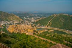 Point de repère de touristes célèbre de voyage indien, belle vue de la ville d'Amber Fort et lac Maota, située dans le Ràjasthàn Photo libre de droits