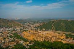 Point de repère de touristes célèbre de voyage indien, belle vue de la ville d'Amber Fort et lac Maota, située dans le Ràjasthàn Photographie stock