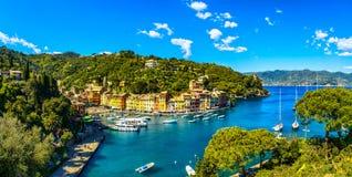 Point de repère de luxe de village de Portofino, vue aérienne panoramique Liguri Image libre de droits