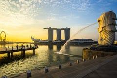 Point de repère Merlion de Singapour avec le lever de soleil Photographie stock libre de droits