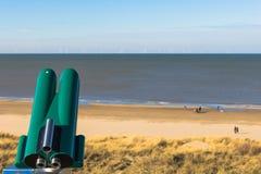Point de surveillance de Toruristic avec le salaire par jumelles de vue à la Mer du Nord Photographie stock