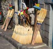 Point de vente de rue vendant les articles traditionnels de nettoyage de ménage Photos stock