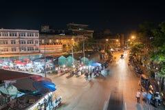 Point de vue élevé sur des marchés en plein air de ville avec des personnes et le vehi Images libres de droits