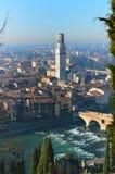 Point de vue étonnant de ville de Vérone et de fleuve Adige, Italie Images libres de droits
