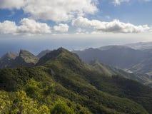 Point de vue Amogoje avec les collines vertes de pitoresque et le pe pointu de roche Image stock