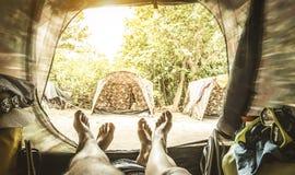 Point de vue avec des couples des jambes à l'intérieur de la tente de camping Images libres de droits