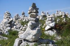 Point de vue avec les cairns en pierre blancs sur le sentier de randonnée Alta Via del Monte Baldo, manière d'arête en montagnes  photographie stock