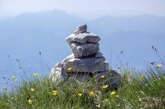 Point de vue avec les cairns en pierre blancs sur le sentier de randonnée Alta Via del Monte Baldo, manière d'arête en montagnes  photographie stock libre de droits