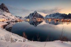 Point de vue de chaîne de montagne avec le village de pêche l'hiver au matin de lever de soleil image stock