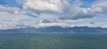 Point de vue d'horizon de chaîne de montagne d'océan Image libre de droits