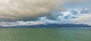 Point de vue d'horizon de chaîne de montagne d'océan Photographie stock