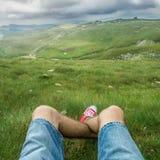 Point de vue des jambes de l'homme au plateau de montagne images libres de droits
