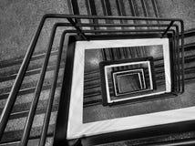 Point de vue dramatique d'escalier photographie stock libre de droits