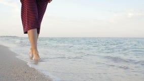 Point de vue de jeune femme faisant un pas au sable d'or ? la plage de mer Jambes femelles marchant pr?s de l'oc?an Pied nu de fi banque de vidéos