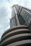 Point de vue large d'angle faible de l'immeuble de bureaux grand Images stock