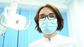 Point de vue patient d'un dentiste examinant la bouche patiente, concept moderne d'art dentaire medias Jeune dentiste f banque de vidéos