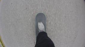 Point de vue de planche à roulettes d'équitation de planchiste sur le trottoir de ville Style libre de roulement de patineur dans banque de vidéos