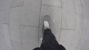 Point de vue de planche à roulettes d'équitation de planchiste sur le trottoir de ville Style libre de roulement de patineur dans clips vidéos