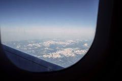 Point de vue POV de passager voyageant dans le bâti ci-dessus d'avion Images libres de droits