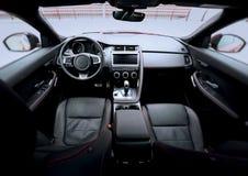 Point de vue supérieur sur la partie avant du véhicule intérieur d'intérieur en cuir de la meilleure qualité de tapisserie d'ameu photos stock