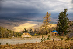 Point de vue sur la vieille route rurale à un passage de montagne Image stock