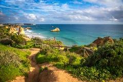 Point de vue sur le Praia DA Rocha de plage Photo stock