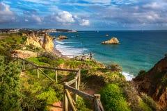 Point de vue sur le Praia DA Rocha de plage Image stock