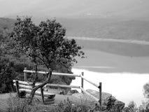 Point de vue sur une rivière sur noir et blanc photos stock