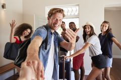 Point de vue tiré des amis laissant la location de vacances d'été photo stock