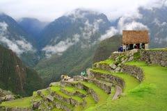 Point de vue de touristes principal de Machu Picchu entouré par le brouillard dans la saison des pluies images libres de droits