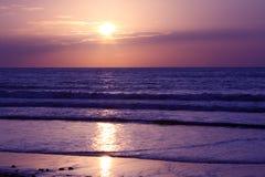 Point du jour sur une mer. Images libres de droits