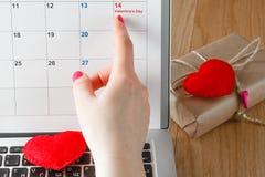 Point femelle de doigt au Saint Valentin Photos stock
