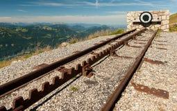 Point final d'un chemin de fer de support sur le dessus d'une montagne photographie stock