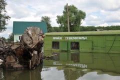 Point inondé de réception des récipients en verre La rivière Ob, qui a émergé des rivages, en crue les périphéries de la ville Images stock