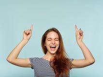 Point joyeux heureux de sourire de fille d'émotion au-dessus de tête photo stock