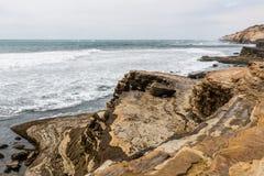 Point Loma Tidepools Wygryzione falezy w San Diego zdjęcia stock