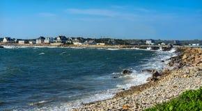 Point pierreux le Massachusetts de Westport de plage d'accident de vague Photographie stock