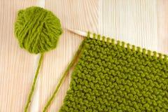 Point vert de laine et de jarretière sur l'aiguille de tricotage Photos stock