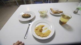 Point of View de comer los purés de patata en cantina almacen de video