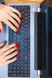 Point of View de la mujer que está trabajando con el ordenador portátil Imágenes de archivo libres de regalías