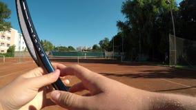 Point of View de la porción del jugador de tenis y para de la estafa de la bola que espera y de la rotación a disposición metrajes