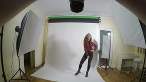 Point of View de un fotógrafo joven que toma imágenes profesionales con una cámara digital para un editorial de la moda de mujere almacen de metraje de vídeo