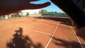Point of View del funcionamiento y de la porción del jugador de tenis en campo almacen de video