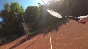 Point of View del jugador de tenis en la cámara lenta almacen de metraje de vídeo