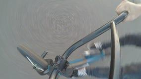 Point of View del motorista que se prepara para montar en la bicicleta con otros ciclistas al aire libre - metrajes