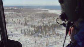 Point of View del piloto de un vuelo del helicóptero sobre el bosque de Siberia almacen de metraje de vídeo
