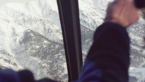 Point of View del piloto de un vuelo del helicóptero sobre las montañas de Siberia metrajes